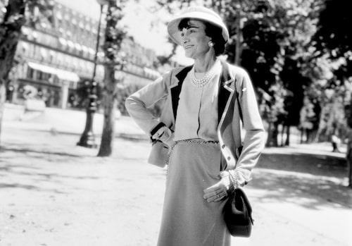Titta jag kan använda händerna! Coco Chanel älskade sin nya frihetskänsla.
