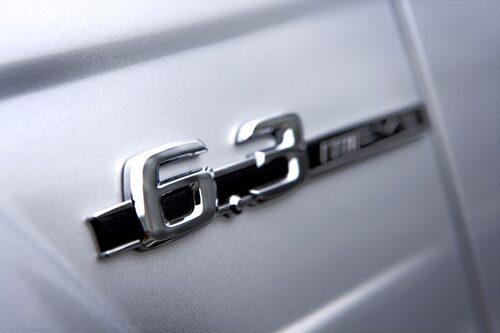 Ska sanningen fram är motorn endast på 6,2 liter, närmare bestämt 6208 kubikcentimeter. Så beteckningen 6,3 är egentligen missvisande.