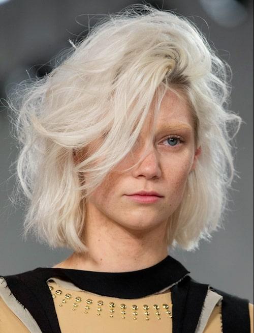 Fördelen med kort hår är att du kan skapa mycket volym, även om du har tunt hår. Förstärk effekten med isblond hårfärg.