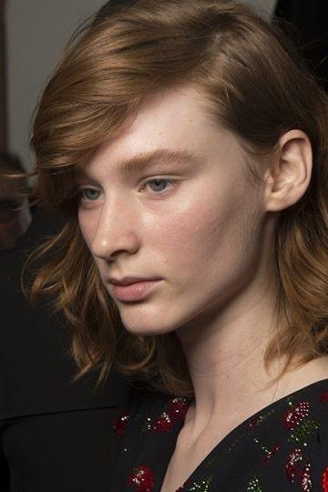 Tunna hår passar perfekt i frisyrer som bärs bakom ena örat.