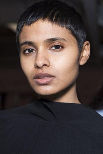 Kort frisyr med ännu kortare lugg framhäver både ansiktet och nacken.