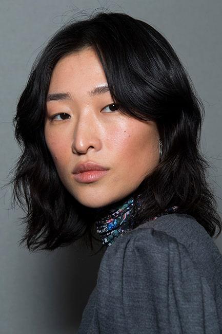 Skapa volym i ditt tunna hår med hjälp av en axellång, uppklippt frisyr.