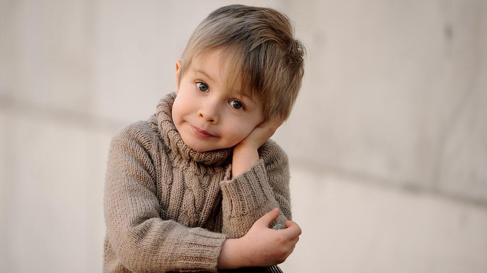 Kan bristen på driv, och behovet av att få vara liten och bli omhändertagen, handla om att han behöver vila och återhämta sig efter den sociala samvaron på förskolan? funderar barnpsykolog Malin Bergström.