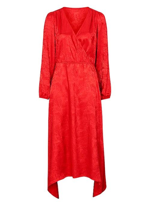 V-ringad röd klänning till julfirandet.