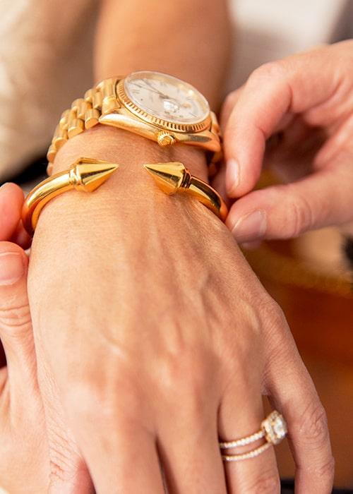 Det stela guldarmbandet från Vita Fede är en gåva från maken Johan.
