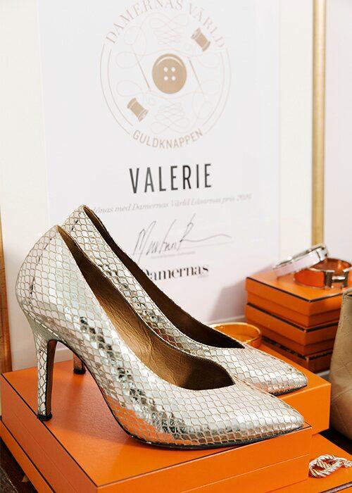 Guldskorna från Isabel Marant hade Valerie på sitt bröllop, och nu får de gärna följa med på fest.