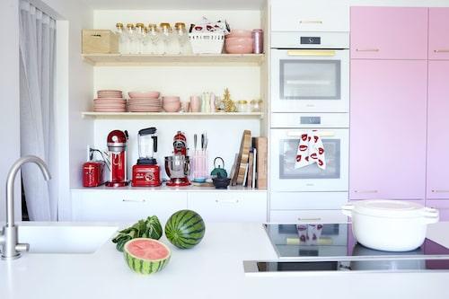 """Köket är från Ikea men Jessica lämnade in luckorna för ommålning. Hon har även bytt ut handtagen till mässingsfärgade från Front apply. """"Tidigare var köksluckorna turkosa, men det tröttnade jag på. Ett bra inredningshack är att måla om enbart vissa luckor och låta resten vara vita. Det ger trevliga färgklickar i hemmet."""""""