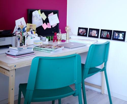 """Skrivbord och stolar, båda från Ikea. """"Jag måste ha stapel- och ihopfällbara möbler eftersom jag fotograferar mycket här hemma och behöver flytta om emellanåt för att göra plats."""""""