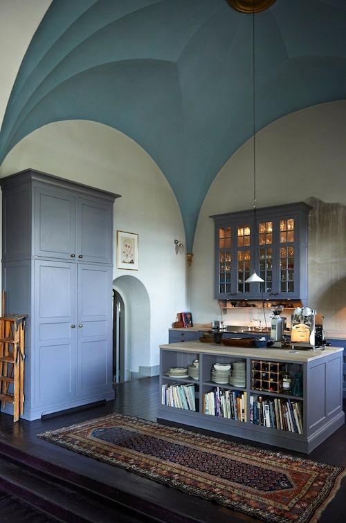 Det platsbyggda köket är tillverkat av Stilkök i Olofstorp och har målats för hand av Jan ochChristina för att få ett gammaldags utseende.