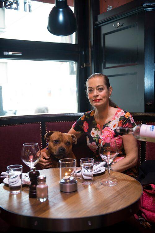 """Restaurang Il Tempo på Högbergsgatan har varit Camilla Thulins och Johan Rabaeus kvarterskrog i många år. """"De har god mat och det är trevligt att gå hit, i synnerhet om man jobbar sent och inte har tid att laga mat. Dessutom kan vi ta med vår hund Musse hit. Det är inte alla krögare som tillåter det. Jag äter alltid både förrätt och varmrätt till middag. Jag står inte ut om jag inte får äta en god middag varje dag."""""""