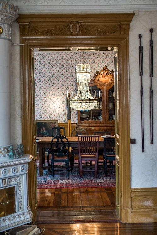 Kristallkronan från 1800-talet är ett arvegods från Johan Rabaeus släkt.  I skåpet, danskt porslin och kristallglas från Jugoslavien.