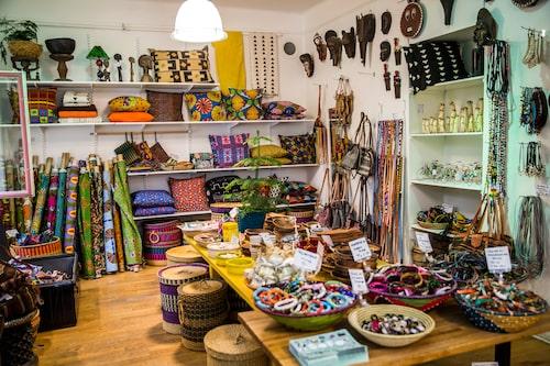 """Butiken Colours of Africa på Östgötagatan är ett av hennes favoritställen. """"Jag är uppvuxen med afrikansk kultur och hittar alltid något fint i den här butiken"""", säger Camilla."""