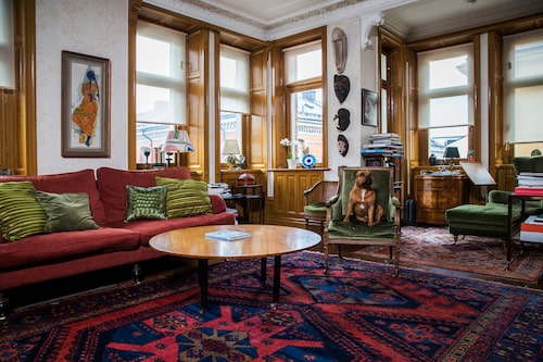 Stilen är klassiskt traditionell i Camilla Thulins och Johan Rabaeus lägenhet på Södermalm i Stockholm. Många av möblerna är ärvda, och de afrikanska maskerna är köpta på parets resor. Bakom hunden Musse står ett pottskåp som ropats in på auktion. I bokhögen finner man Brecht, Bob Dylan, Groucho Marx och konstböcker.
