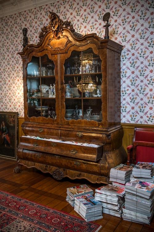 Det pampiga skåpet från 1720 ropades in av Camillas mamma på Bukowskis på 1980-talet.