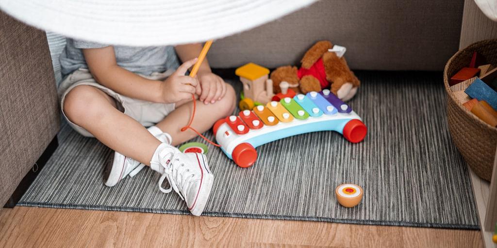 3-åringen är blyg, känner lätt av stämningar och vill inte stå i centrum. Hur kan man hjälpa ett blygt barn? Barnpsykologen svarar.