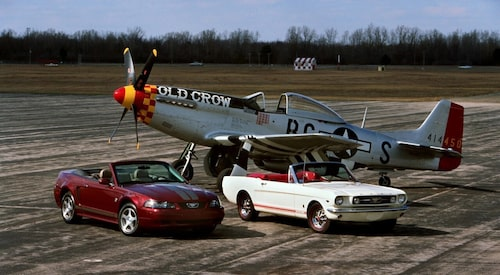 Jaktflygplanet North American P-51 Mustang i sällskap med två helt olika generationer Ford Mustang.
