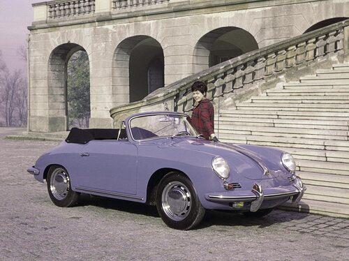 Trots att många menade att själva idén med Porsche som en sportbil utraderades när plåttaket plockades bort var356:ans design som gjord för cabrioletutförande. Här en 356 C Cabriolet från 1964.