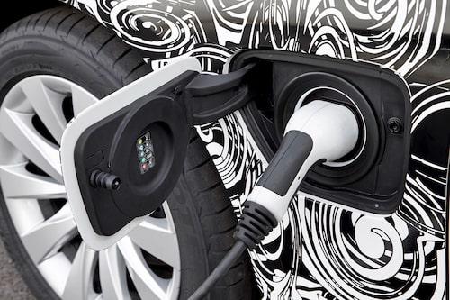 När du laddat klart går det att köra BMW 3-serie plug-in hybrid på ren el i 3,5 mil.