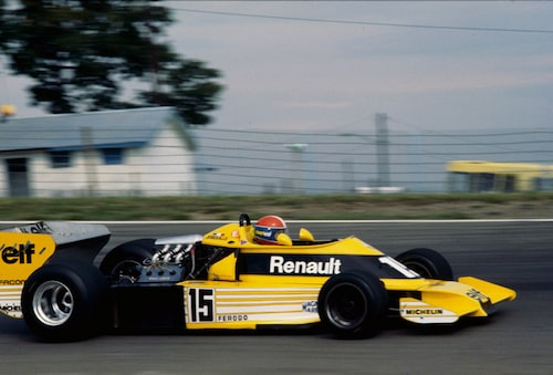 "1977. Renault debuterade i Formel 1 1977. RS01 med en 1,5-liters turbomotor fick smeknamnet ""den gula tekokaren""."