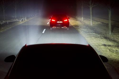 Med Opels LED-matris-strålkastare, som alltid har helljus påslaget, bländas inte framförvarande trafik eftersom den ljusbild som riktas mot andra fordon dimmas ned.