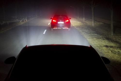 Med vanligt helljus påslaget bländas framförvarande trafik.