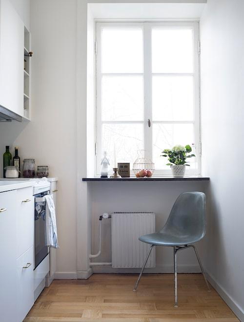 """""""Vi rev ut alla prång i köket för att få så mycket yta som möjligt. Köket är rakt av Ikea, platsanpassat till en överkomlig kostnad. Mässingshandtag från allabeslag.se. Porslinskvinnan, Rörstrand, är ett minne av mamma."""""""