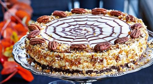 Recept på apelsincheesecake med chokladtryffel och pekanpralin.