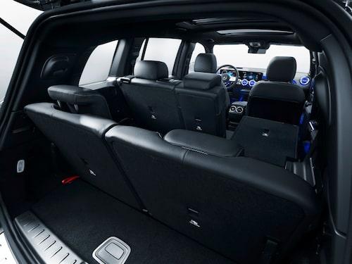 Med tre sätesrader blir bagageutrymmet lidande. Enligt Mercedes är de båda bakre sittplatserna till för personer som inte är längre än 168 centimeter.