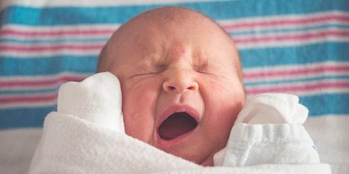 Hur mycket ska barn sova? Och är det okej om en bebis sover nästan hela tiden?