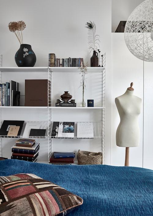 I sovrummet finns också plats för hyllor från String. Överkastet är köpt i Indien. Kudde, Ikea.