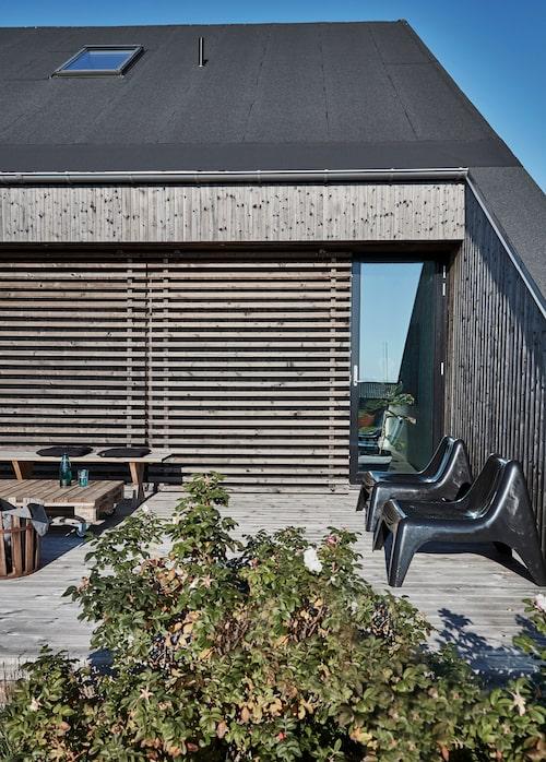 Soligt läge på takterrassen. Både bänken och lastpallsbordet är hemsnickrade. Kanna, Ikea.