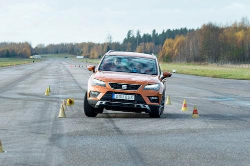 Den direkta styrningen märks i älgtestet. Antisladdsystemet sänker farten lugnt men bestämt. Seat Ateca klarar 73 km/h vilket är godkänt med marginal.