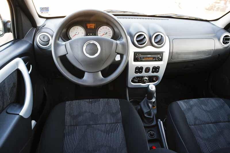 Dacia Sandero har piffats upp även invändigt med lite plast som kan tas för aluminium, men det gäller inte i de allra billigaste versionerna, där är det mycket grå plast. Men det är hyfsad kvalitet på insidan för att vara en så pass billig bil.