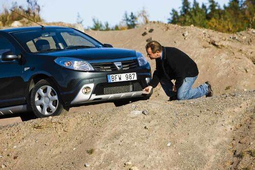 PeO Kjellström tittar närmare på den extra plast som har hängts på. Snyggt på bild i alla fall, konstaterar han. Dacia Sandero har den rätta moderna looken.
