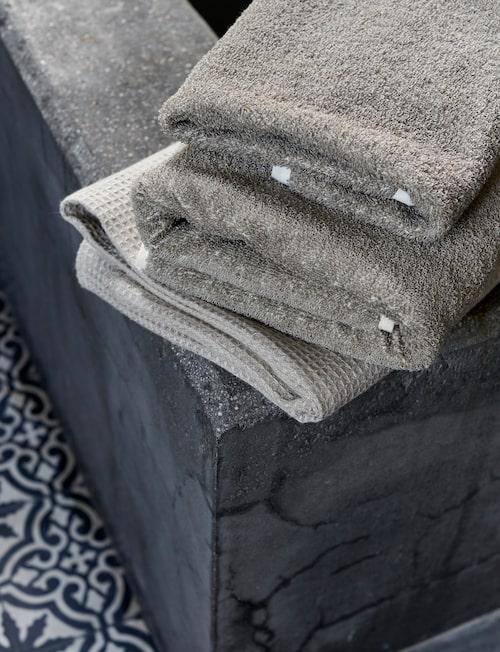 Mullvadsfärgade badlakan och handduk från Axlings linne.