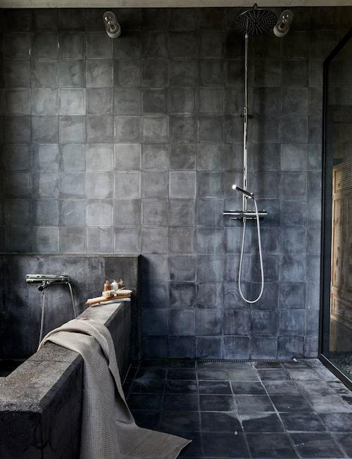 Badkaret är platsgjutet i betong, Blandare från Tapwell. På väggarna mattgrått kakel från Marrakech design. Badlakan, Axlings linne, badsalt och oljor, Love warriors.