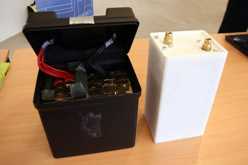 Prototyper av den litiumjonbatterityp som sitter i bilen. De båda batterierna är i stort sett samma, men i två olika skepnar för presentationens skull.