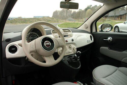 En helt vanligt Fiat 500-interiör. Prototypbilen har Fiats standardlåda (5 växlar), mest för testandet av olika utväxlingar. Växlar gör man när bilen står stil, sedan är det bara att köra. I skarp version blir det antagligen någon sorts planetväxel med två utväxlingar, en som används när cityläget (Fiat 500-gimmick med lätt styrning vid stadskörning) är aktiverat, en annan när det är deaktiverat.