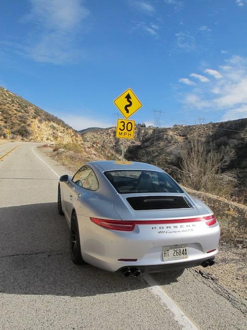 En vacker vägskylt som lovar runt och dessutom levererar i överflöd, i alla fall längs Angeles Crest Highway.