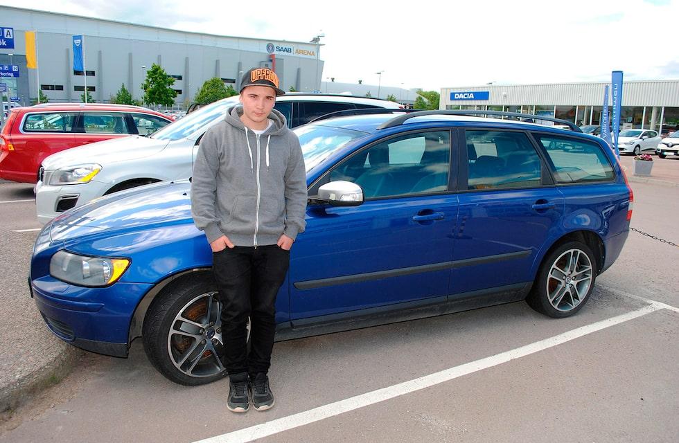 """Tobias Larsson och hans numer avlidna Volvo V50. """"Aldrig mer Volvo"""", säger Tobias Larsson."""