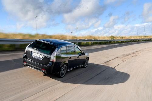 Så nära en sportbil Saab någonsin kom. Turbo X blandar acceleration och väggrepp på ett högst aptitligt sätt. Starkt köpläge!
