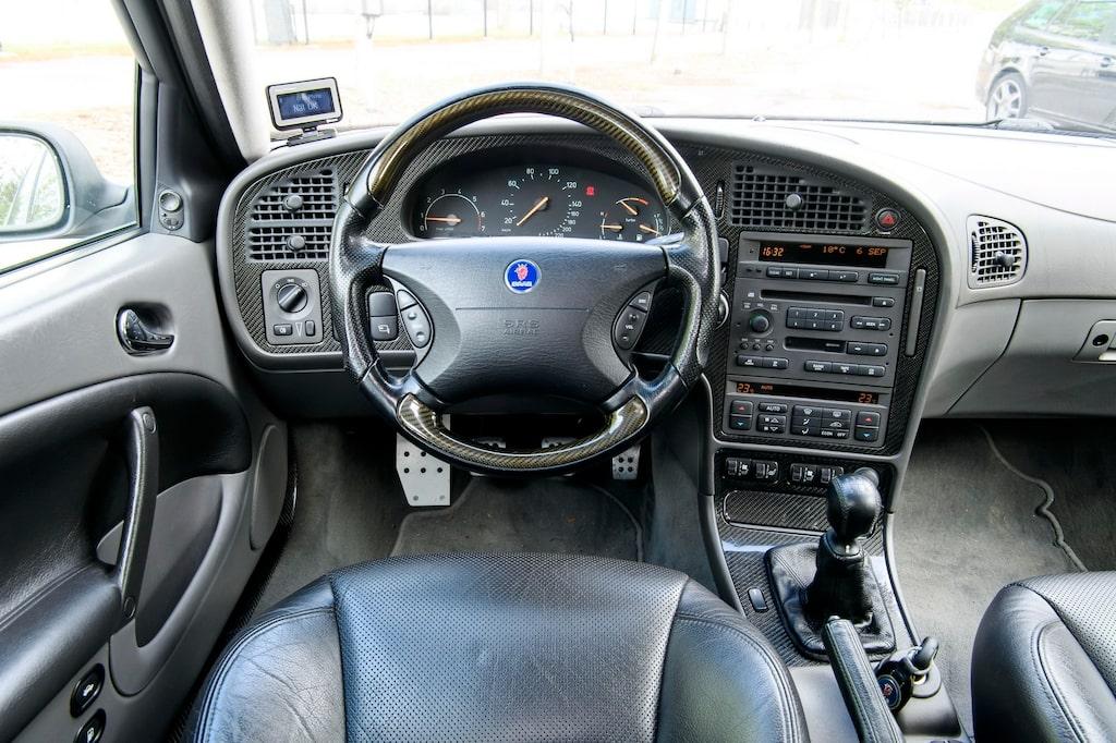 Som ett rullande skyltfönster. Just detta silvriga exemplar var Saabs officiella pressbil och har all utrustning. Plus lite till.