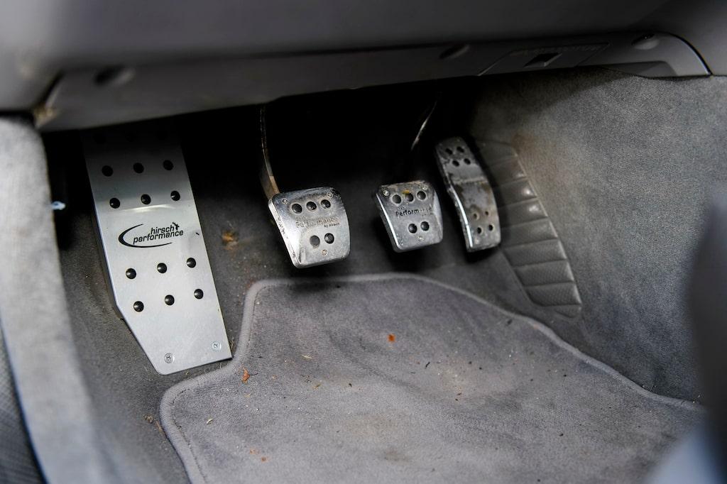 Tre aluminiumpedaler plus stöd/viloplatta för vänsterfoten. Bra att ta spjärn mot i böjarna.