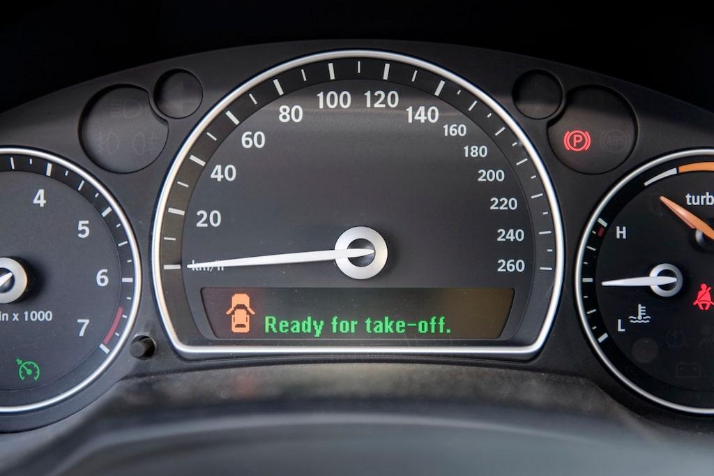 En av få hastighetsmätare som går att bottna ur. 260 km/h är lätt att nå med 280 hk och lång raka.