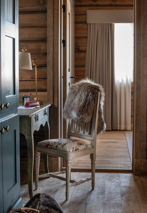 Ett hemmakontor som andas allt annat än jobb: Bordet är ett gammalt grönmålat skrivbord, den antika stolen är klädd i ett charmigt skidåkartyg från Pierre Frey. Och skrivaren göms i ett blågrönt skåp.