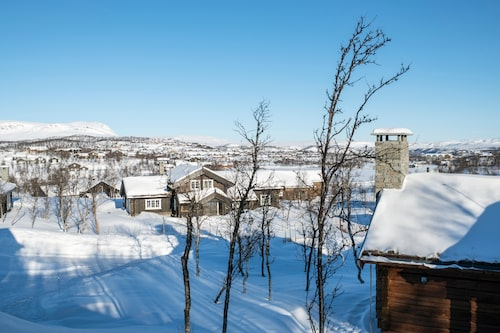 Geilo är en norsk skidort mittemellan Oslo och Bergen. Alla nybyggda hus måste ha grästak som i gamla tider för att smälta in i den omgivande naturen. Till vänster, den mäktiga fjällryggen Hallingskarvet.