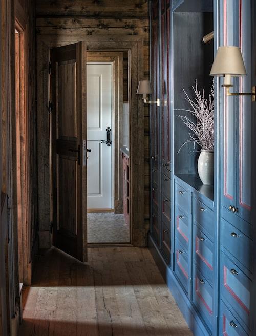 Sovrumskorridoren har gott om platsbyggd förvaring målad i traditionella kulörer. Lampetter från Vaughan.