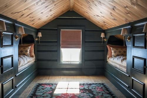 Sovloftet har fyra inbyggda bäddar med gott om förvaring runtom. Väggarna är målade med lin-oljefärg i en djupt blågrön kulör. Golvet pryds av en rosenkelim.matta. De sköna kuddarna vid varje sovplats är sydda av tyger från Colefax and Fowler och Vaughan. Sängkläder, C&C Milano.