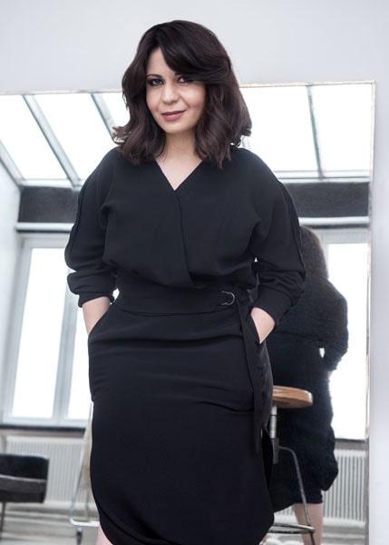 Sarah Delshad i topp från H&M, kjol från Cos och skor från & Other Stories.