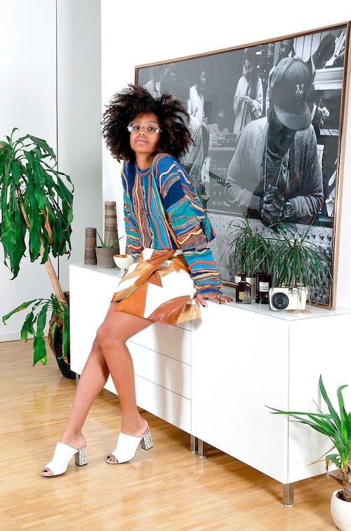 """""""Tavlan är en legendarisk bild av Damion Marley och Nas i deras studio. Tröja vintage, kjol från Rodartes samarbete med & Other Stories och skor från Calvin Klein."""""""